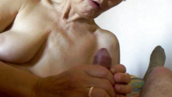 裸体模特的胸部的奶奶穿于阴茎