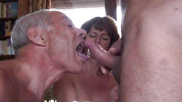 尿尿青少年的画廊的丈夫*梅森*穆尔吮吸阴茎
